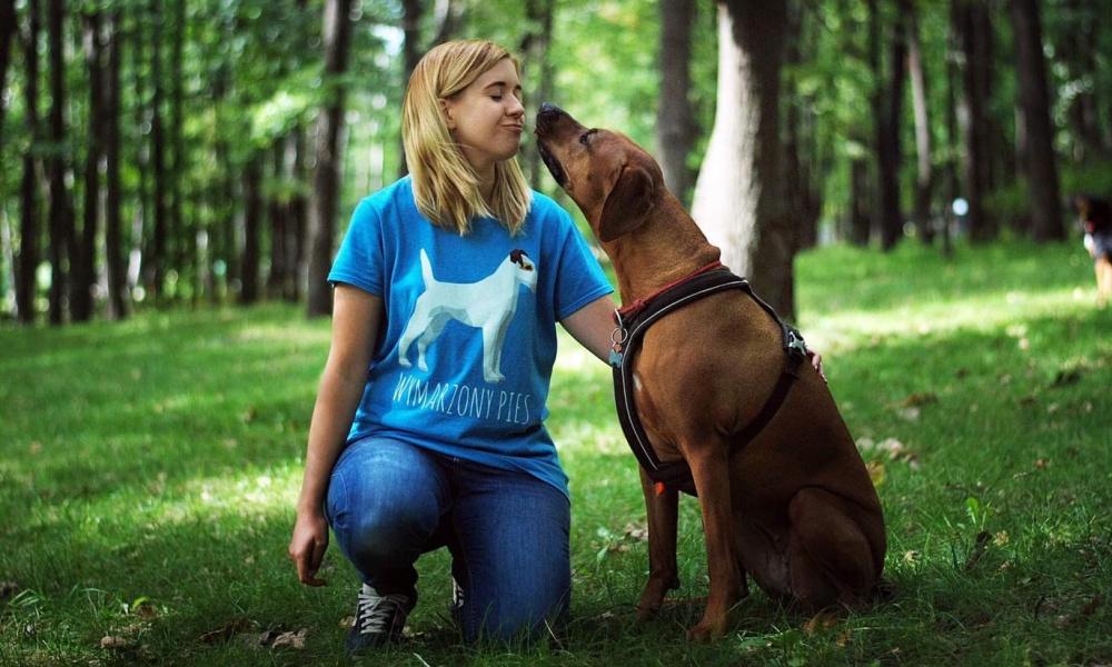 Oferujemy także pomoc w codziennych spacerach z psami na terenie Warszawy. Nasze spacery są pełne aktywności, eksploracji nowych terenów oraz zabaw węchowych i umysłowych. Wprowadzamy w nie również elementy szkolenia: od podstaw posłuszeństwa po rozwiązywanie problematycznych zachowań.