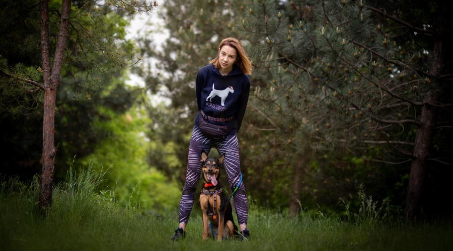To właśnie spacer jest jedną z najważniejszych i najbardziej podstawowych potrzeb każdego psa. To nie tylko czas na zaspokojenie potrzeb fizjologicznych, ale także potrzeb związanych z aktywnością fizyczną, eksploracją, węszeniem czy kontaktem socjalnym.