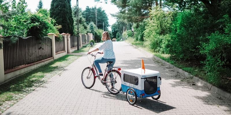 Chcąc zabrać ze sobą psa na rower bez wątpienia warto się do tego przygotować. Przyczepka rowerowa dla psa okaże się dla nas nieocenioną pomocą i świetnym sposobem na zapewnienie psu komfortu podczas jazdy.
